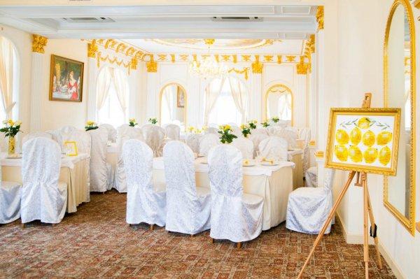 Зала ресторана Лавилия оформленный в желтом лимонном стиле.