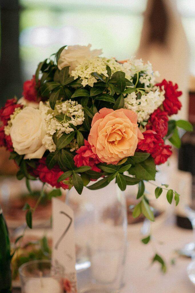цветочная композиция для гостевых столов на свадьбе в стиле эко