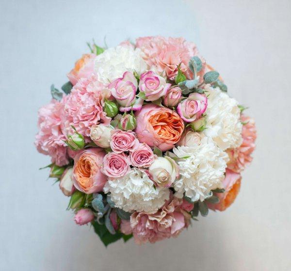 """Букет невесты из пионовидных роз """"Вувузела"""", кустовых роз, молочных и розовых гвоздик и стахиса (вид сверху). """"Pion Bouton"""" - Киев."""