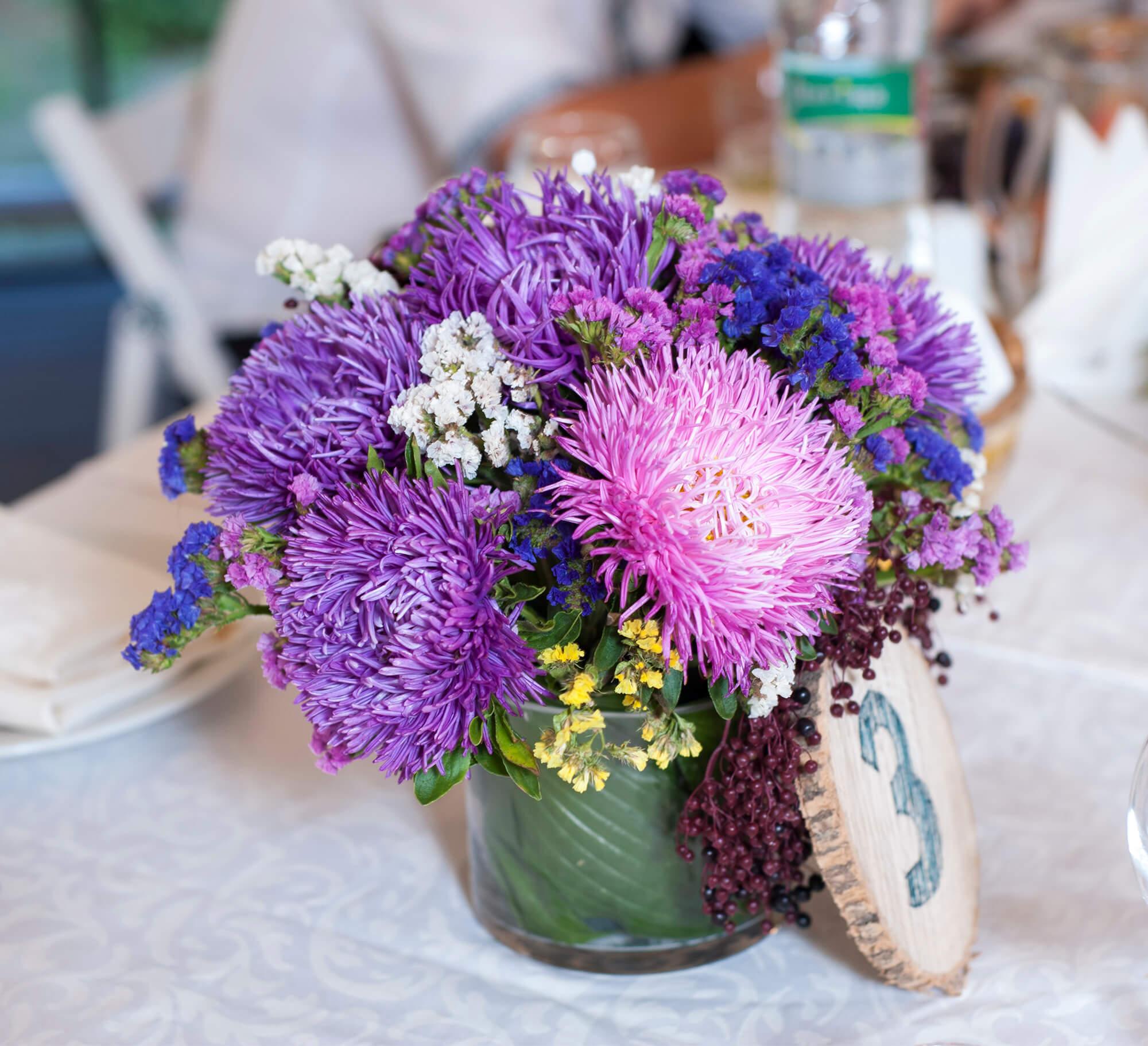 цветочная композиция с астрами для стола гостей