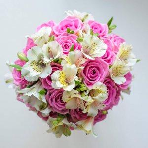 """Букет невесты из розовых роз """"Аква"""" и белой альстромерии сверху. """"Pion Bouton"""" - Киев."""
