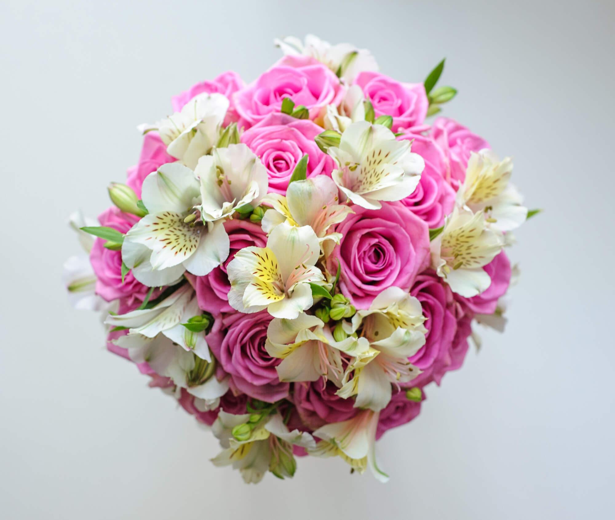 букет невесты из розовых роз Аква и белой альстромерии