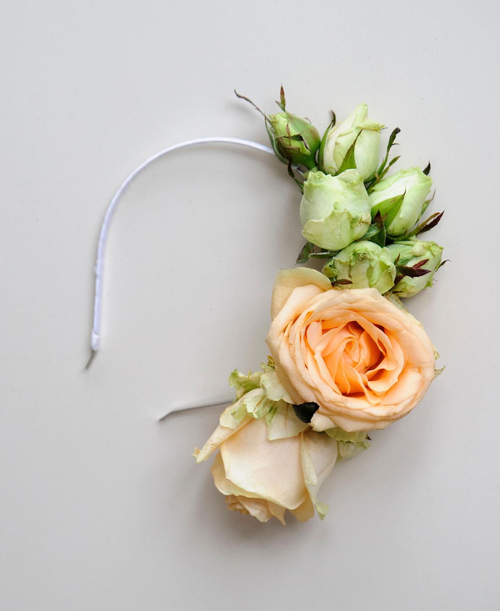 обруч невесты их живых персиковых и белых роз