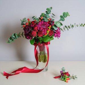 """Свадебный букет цвета марсала из роз, хризантем, ягод гиперикума с зеленью эвкалипта. """"Pion Bouton"""" - Киев."""