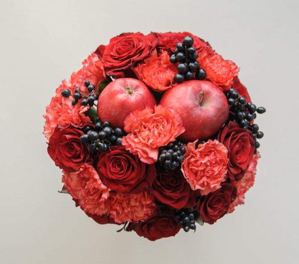 """Букет невесты с красными яблоками (вид сверху). """"Pion Bouton"""" - Киев."""