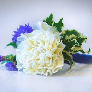 """Бутоньерка жениха бело-синего цвета с белой гвоздикой и синими васильками. """"Pion Bouton"""" - Киев."""
