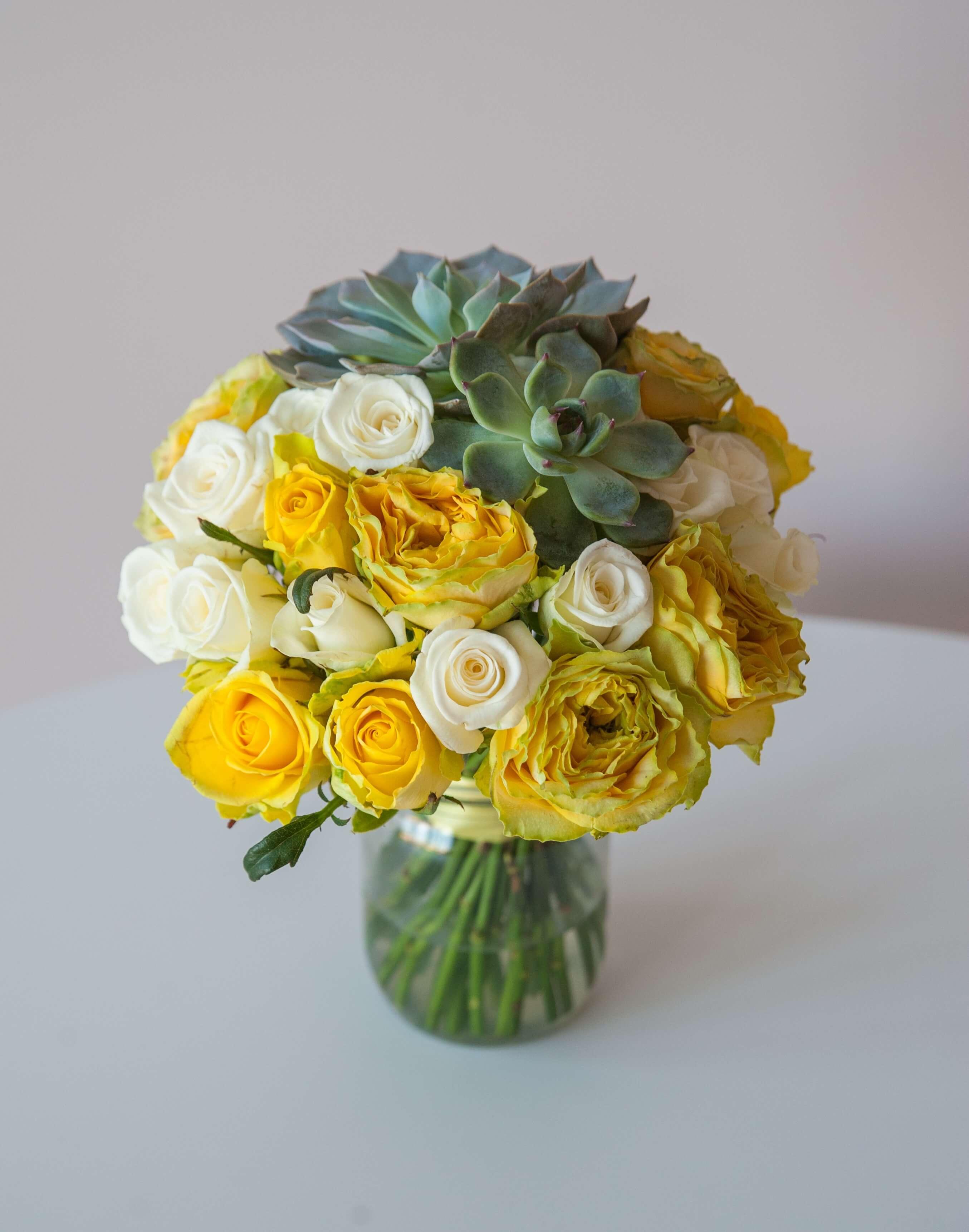 желтый букет невесты из пионовидных роз, роз Акито и сукулентов