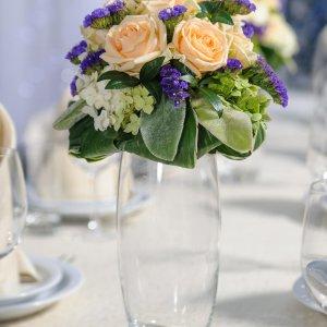 композиция из живых цветов на стол в высокой вазе