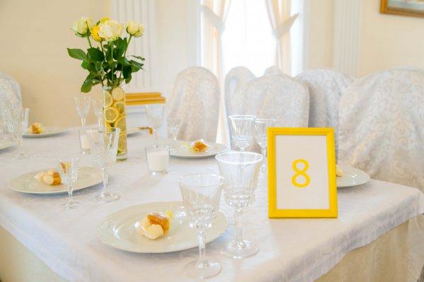 """Сервированный стол с номерком на лимонной свадьбе. """"Pion Bouton"""" - Киев."""