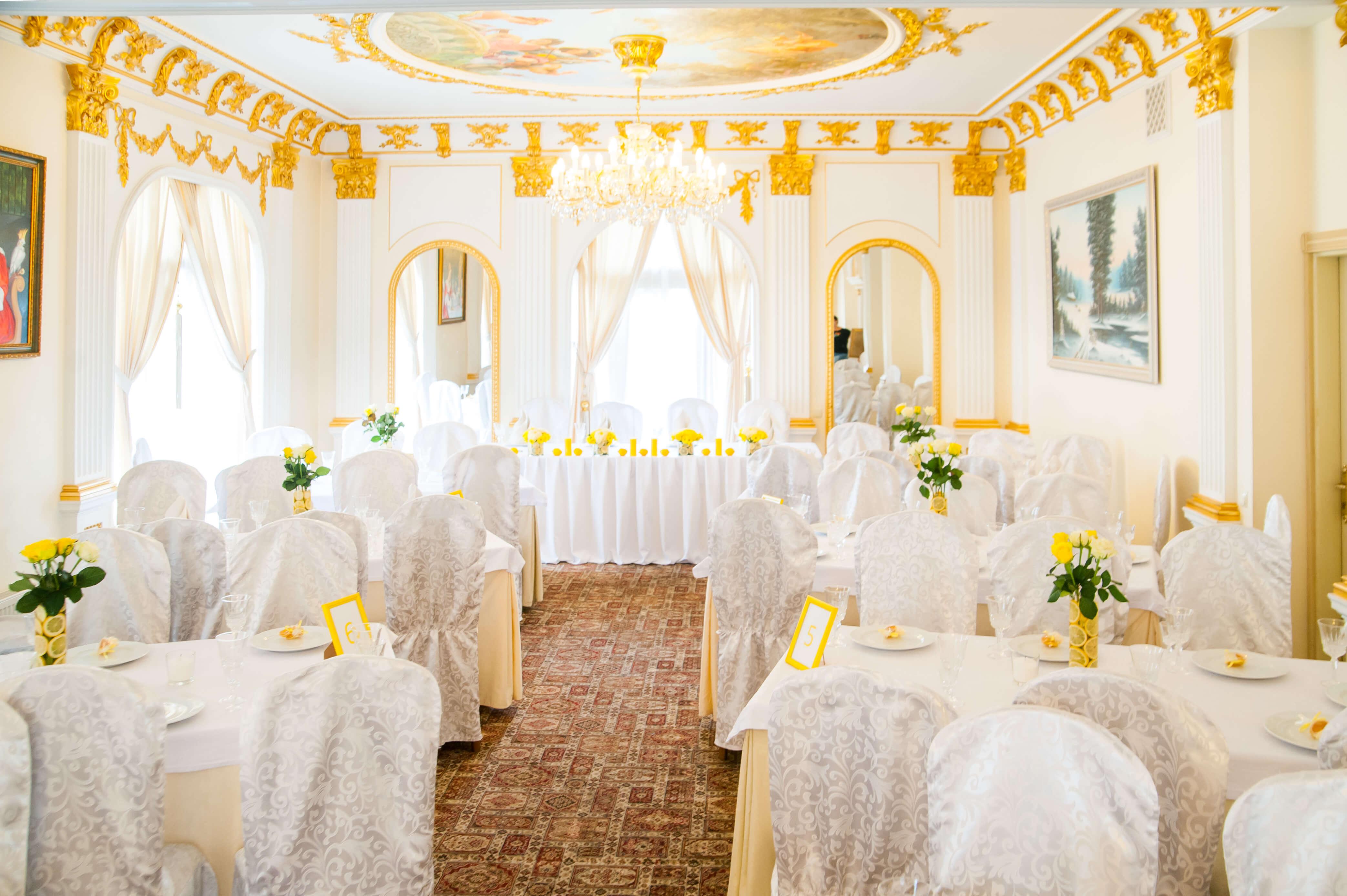 оформление зала ресторана в лимонном стиле