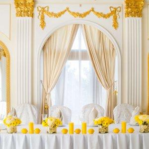 """Президиум молодых, лимонная свадьба. На столе цветочные композиции, желтые свечи и лимоны. """"Pion Bouton"""" - Киев."""