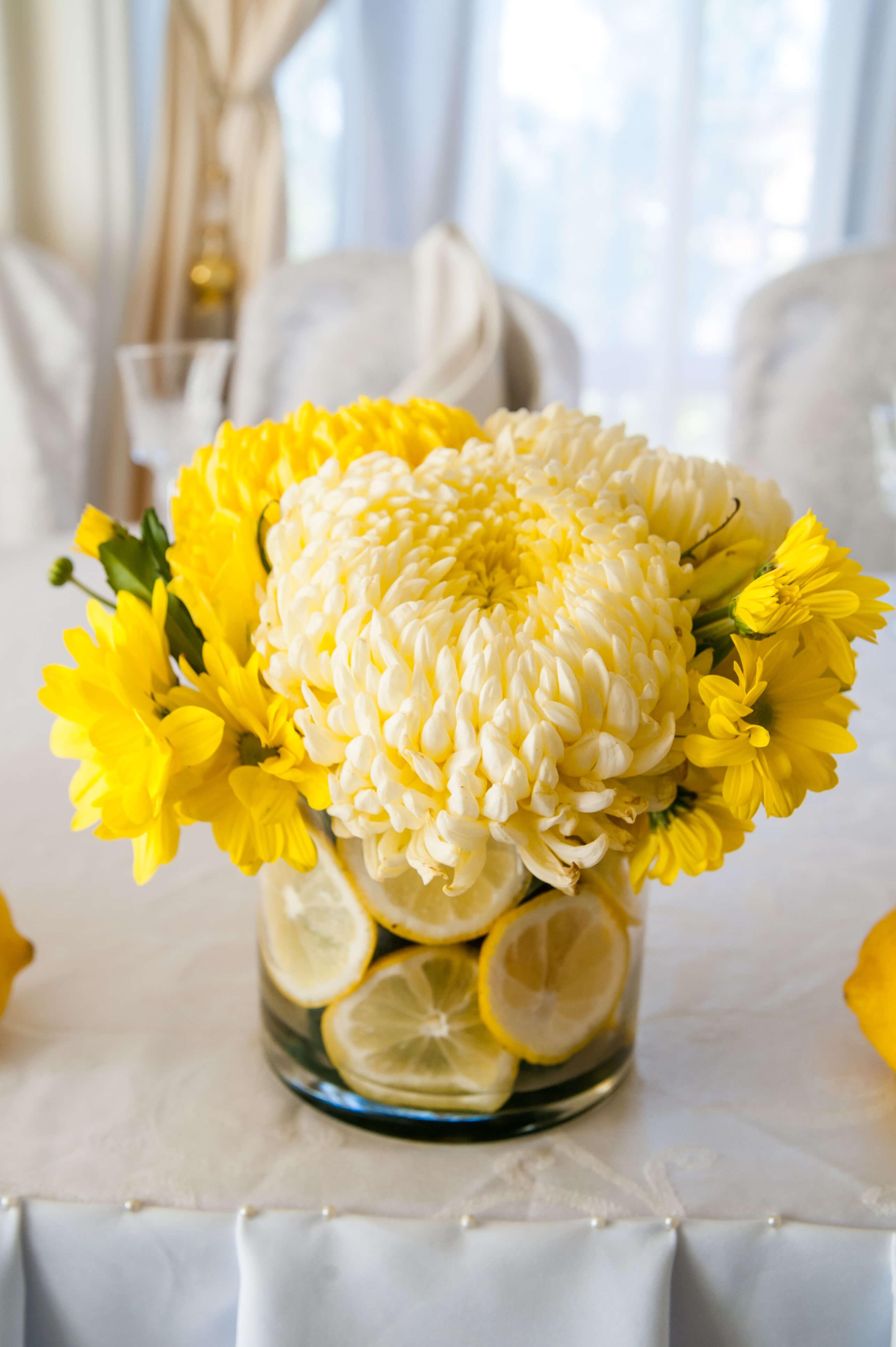 цветочная композиция для стола молодых лимонной свадьбы