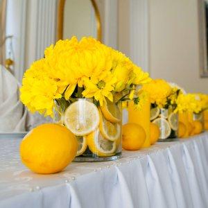"""Цветочные композиции на столе молодых свадьбы в лимонном стиле. """"Pion Bouton"""" - Киев."""
