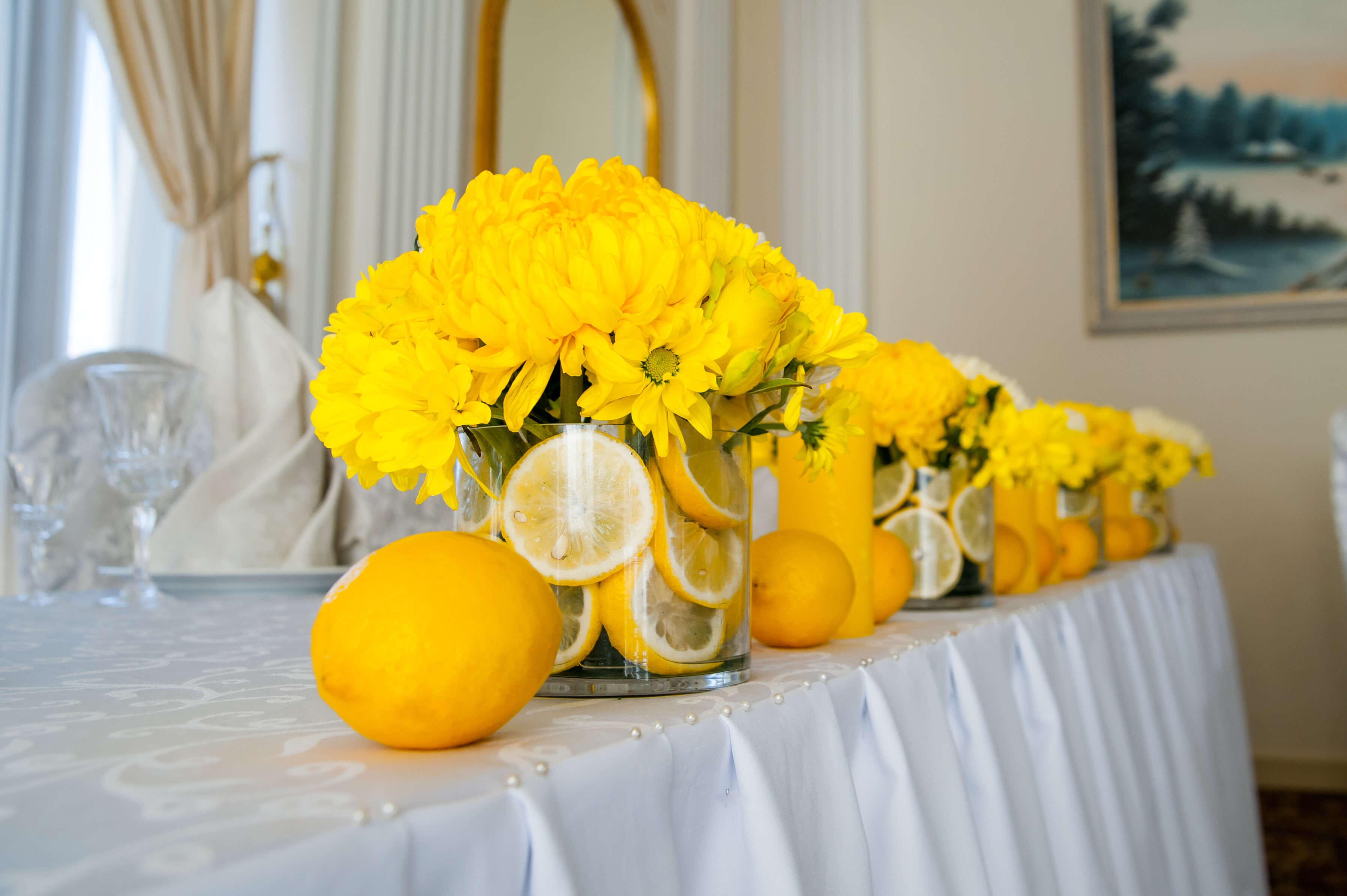 цветочные композиции на столе молодых свадьбы в лимонном стиле