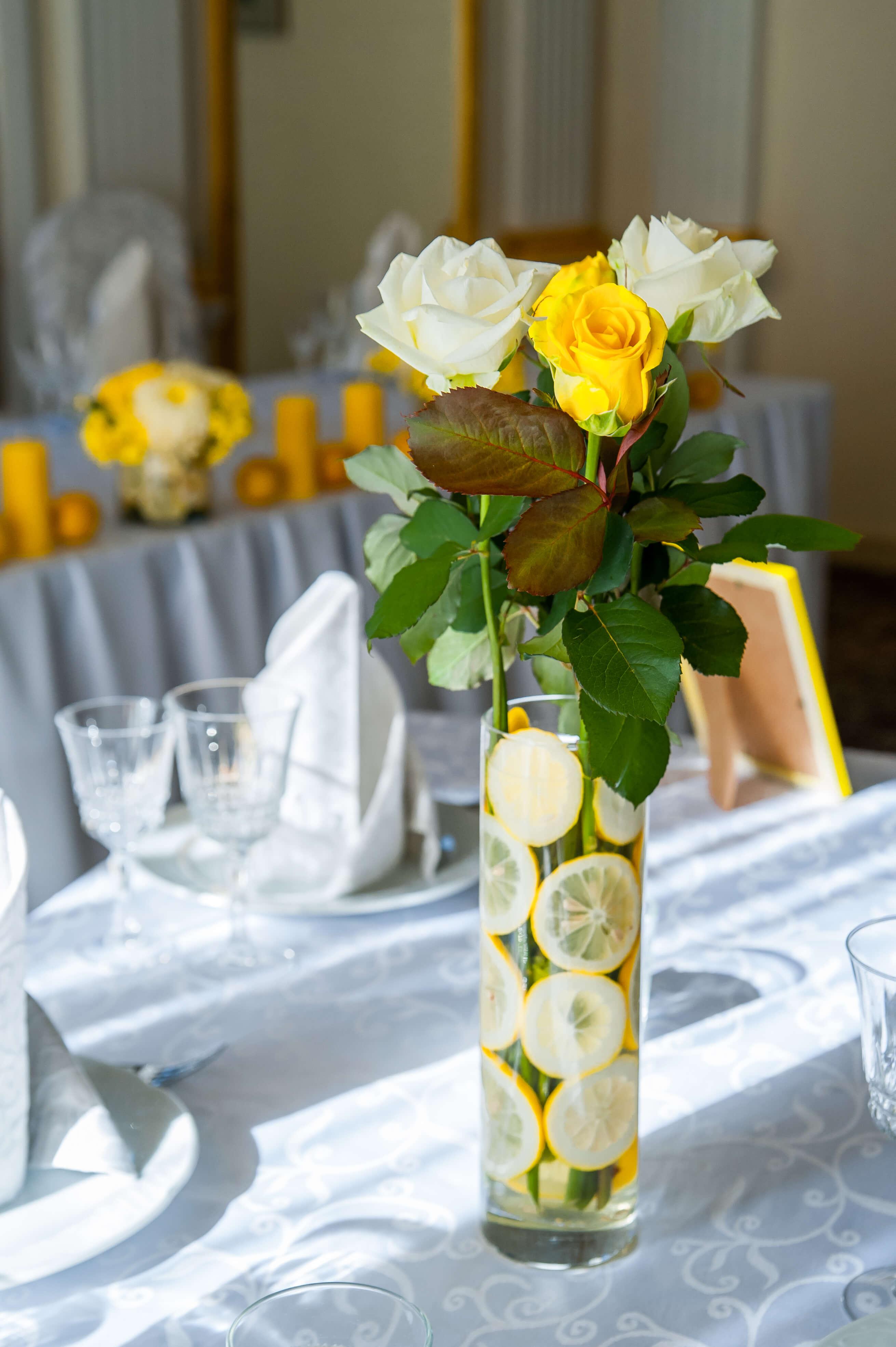 цветочная композиция на стол гостей лимонной свадьбы