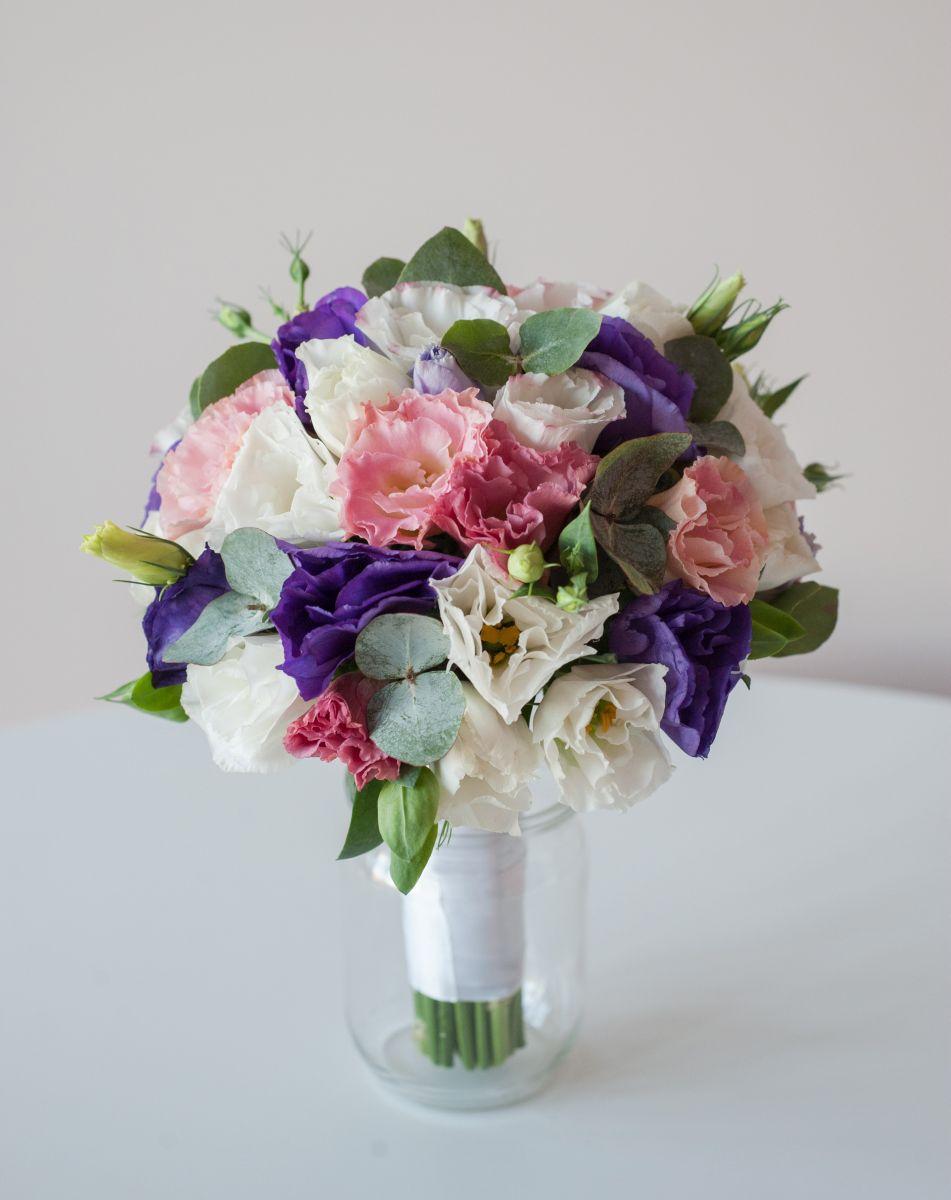 букет невесты из розовой, белой, фиолетовой эустомы