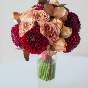 """Букет с пионовидными и розами капучино, георгинами, окрашенными в золото натуральными листьями эвкалипта. """"Pion Bouton"""" - Киев."""