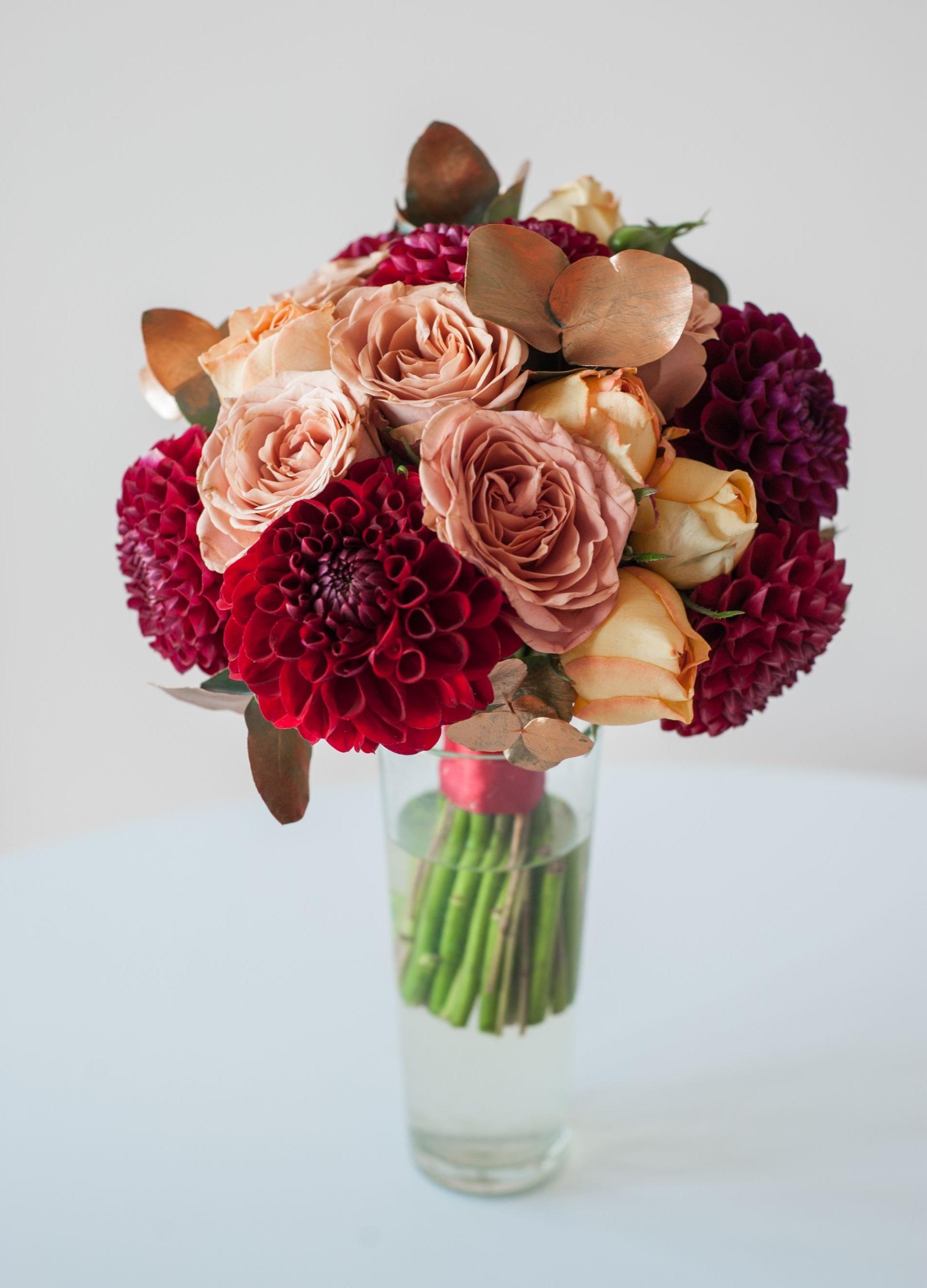 букет невесты из бордовых георгин, роз Капучино и пионовидных персиковых роз