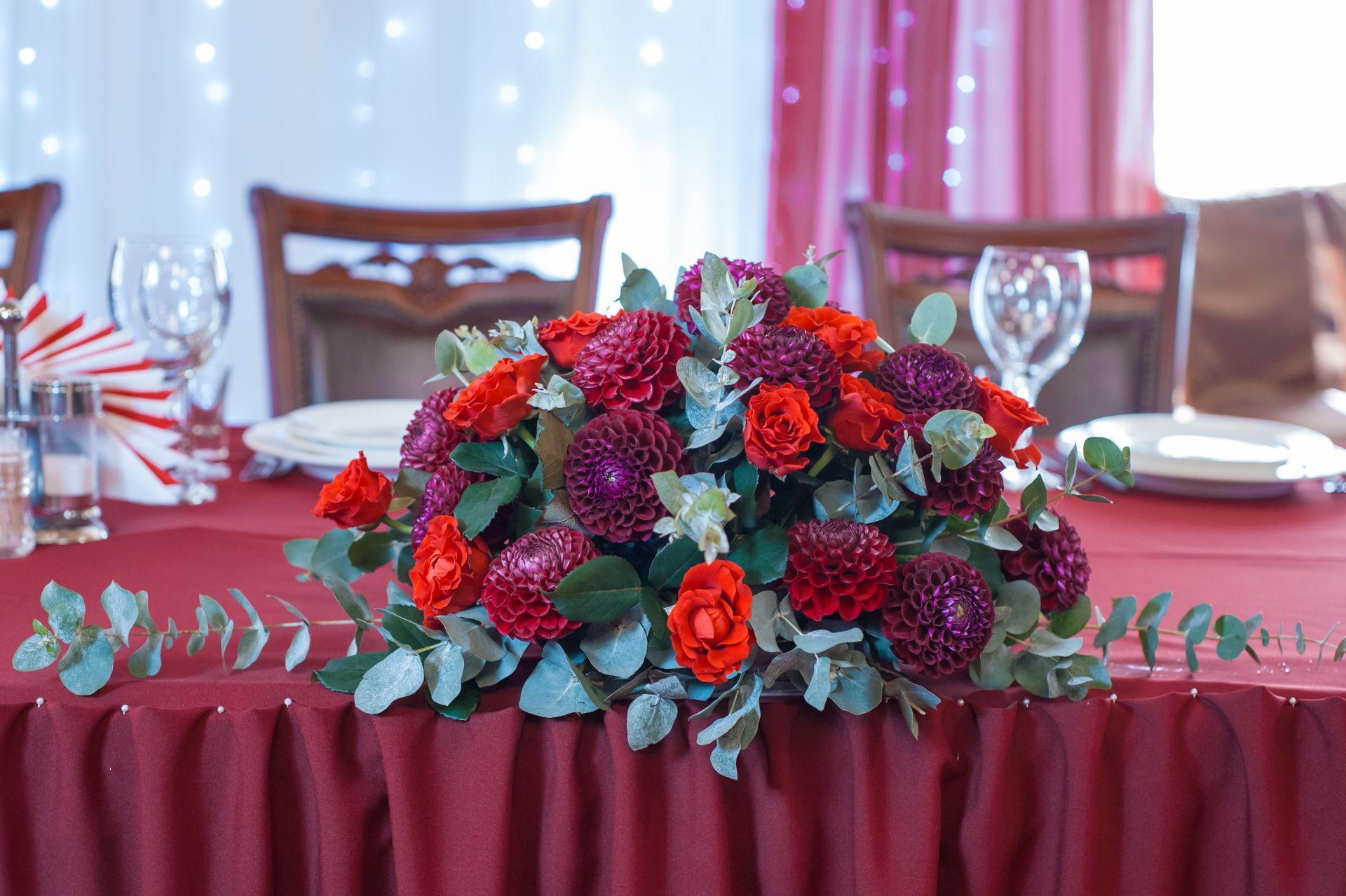 цветочная композиция цвета марсала для президиума молодых