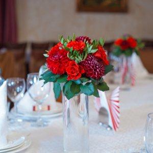 """Цветочная композиция для гостевых столов на свадьбе в цвете марсала в зале ресторана. """"Pion Bouton"""" - Киев."""