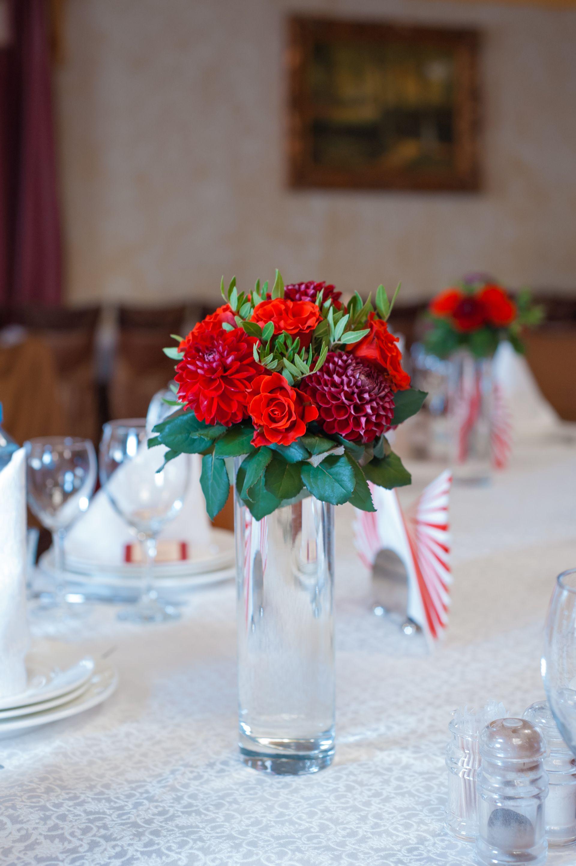 цветочная композиция для гостевых столов на свадьбе в цвете марсала