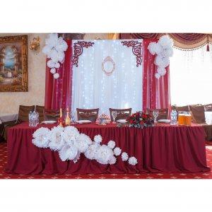 президиум молодожен на свадьбе в цвете марсала