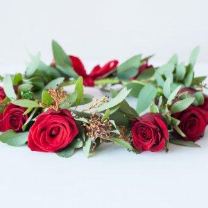 """Свадебный венок на голову из живых красных роз. """"Pion Bouton"""" - Киев."""