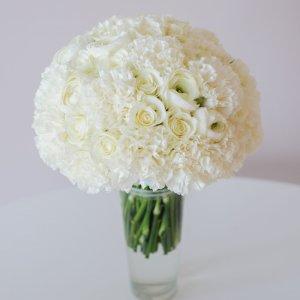 """Классический букет невесты белого цвета из роз, гвоздики, ранункулюсов. """"Pion Bouton"""" - Киев."""