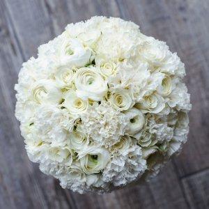 """Классический букет невесты белого цвета из роз, гвоздики, ранункулюсов. Вид сверху. """"Pion Bouton"""" - Киев."""