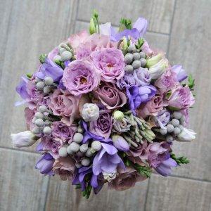 """Букет невесты сверху в сиреневых тонах из фрезии, розы, брунии, эустомы, кустовой розы. """"Pion Bouton"""" - Киев."""