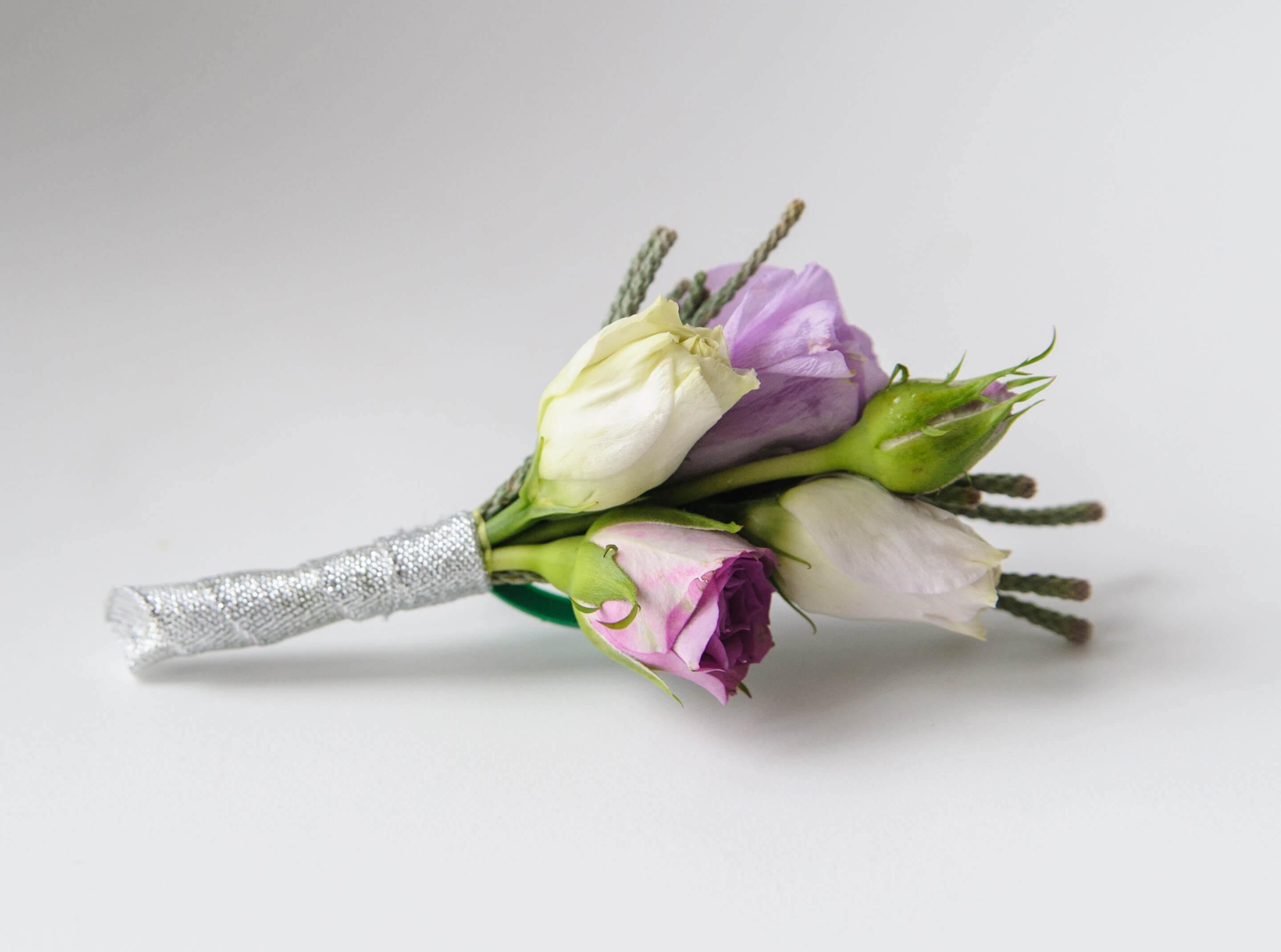 бутоньерка жениха из сиреневой живой кустовой розы и белой эустомы