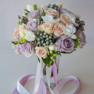 """Букет невесты в пастельных тонах из сиреневых и розовых роз, фрезии, эустомы и брунии. """"Pion Bouton"""" - Киев."""