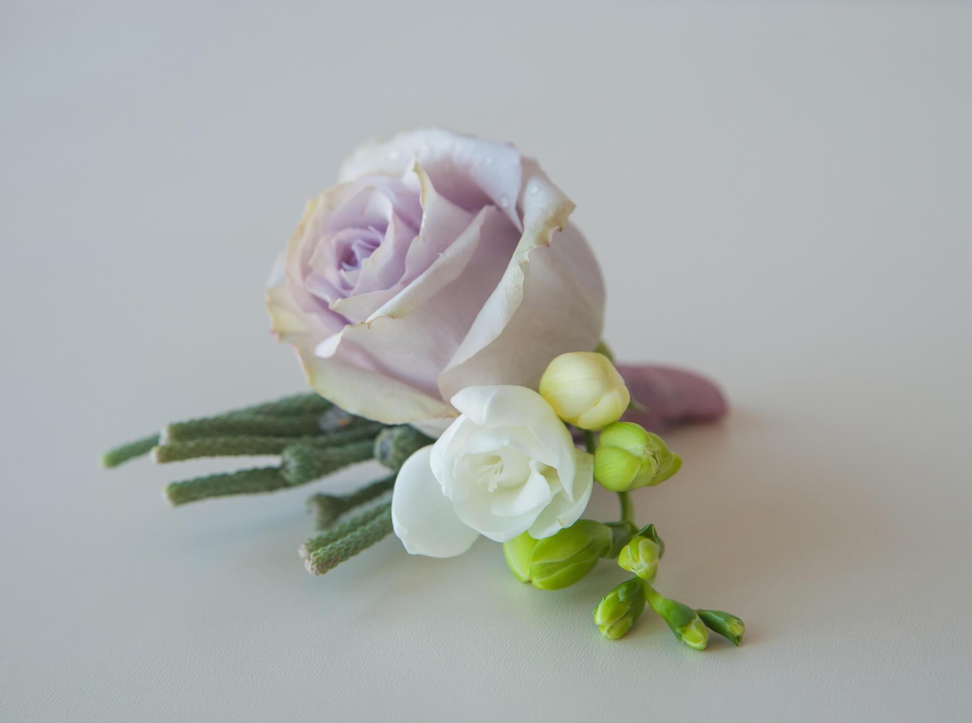 постельная бутоньерка жениха с сиреневой розой