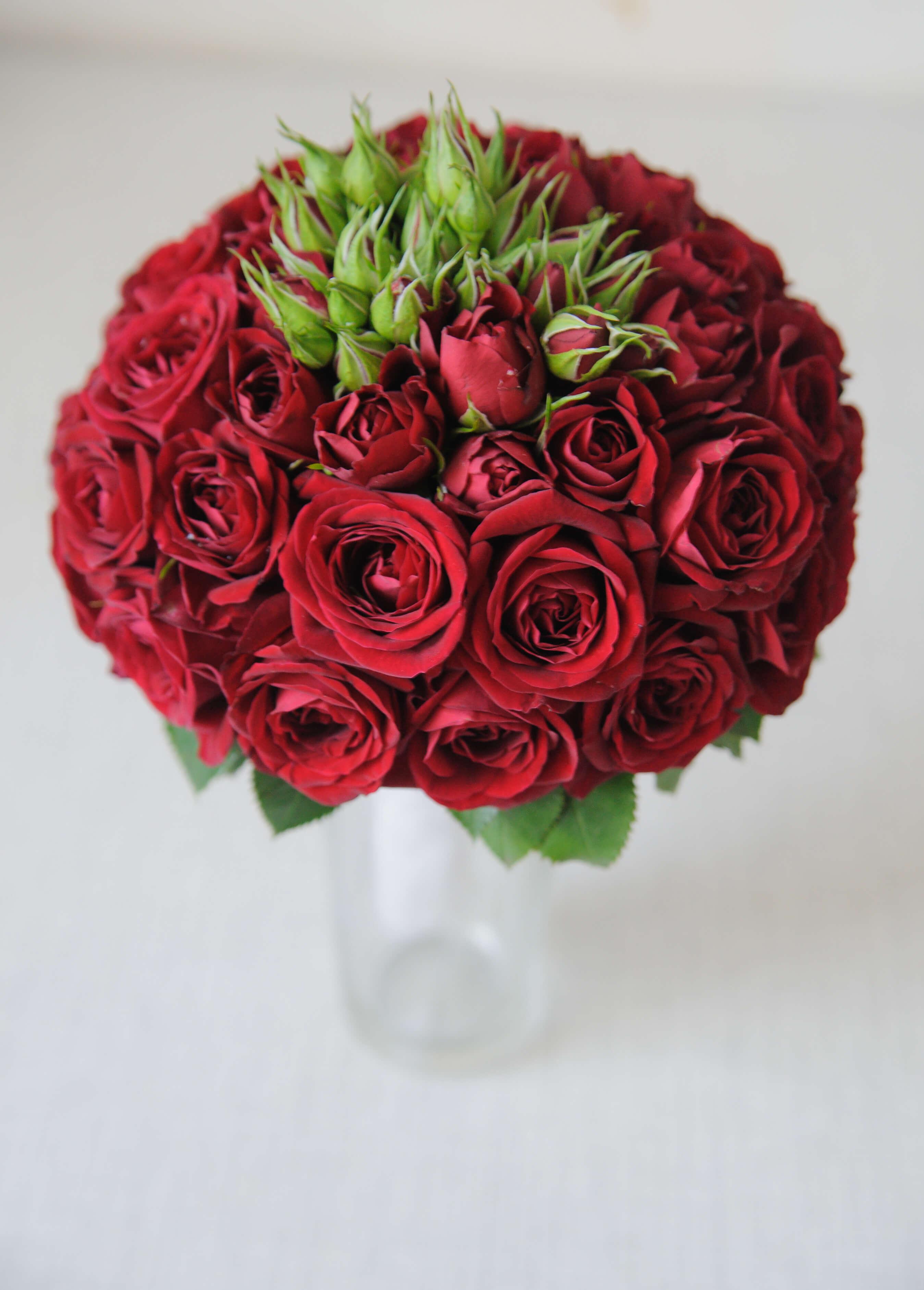 букет невесты из маленьких роз бордового цвета