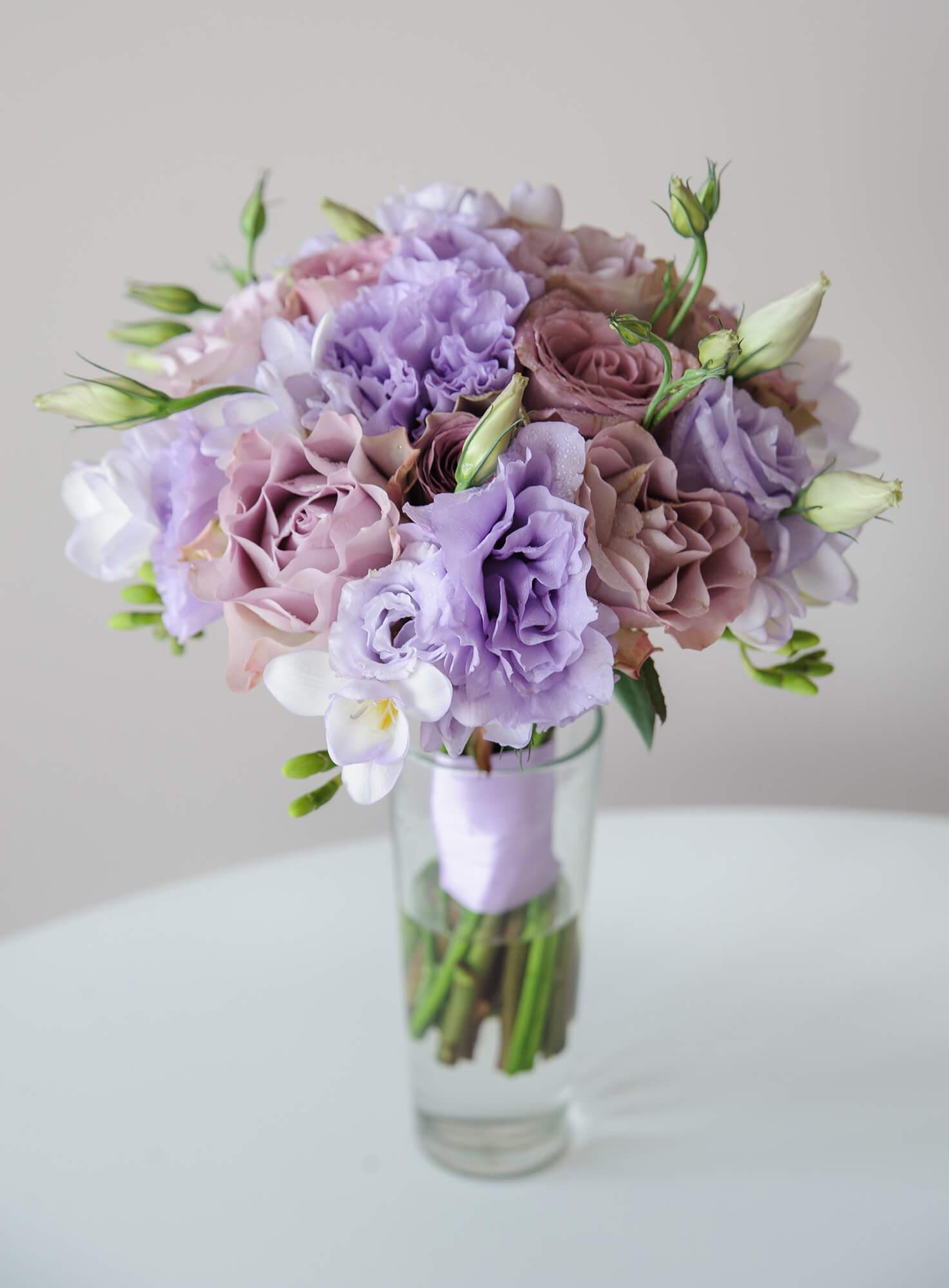 Сиреневый букет невесты из роз Мемори Лейн, сиреневой эустомы и фрезии