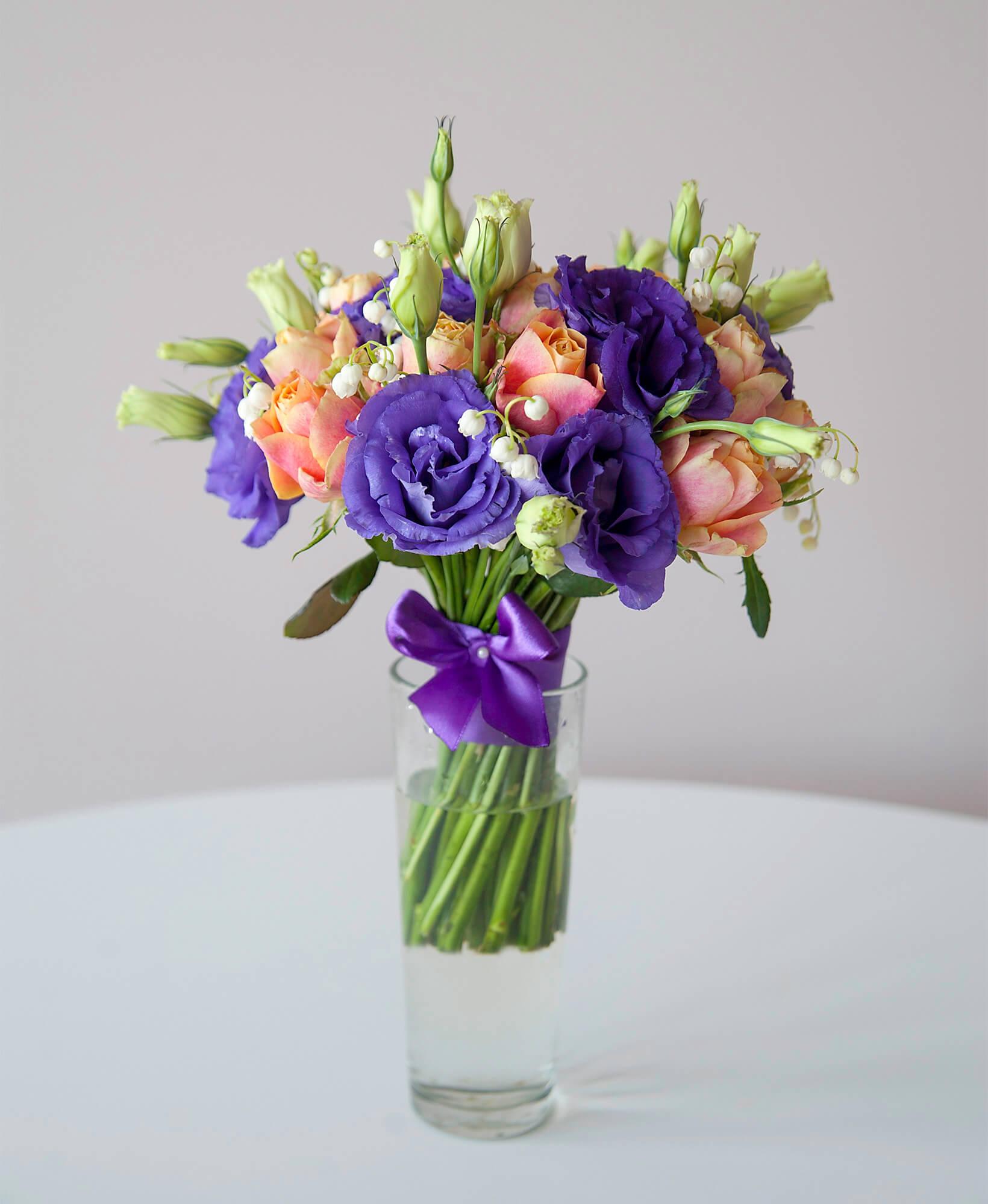 весенний букет невесты из ландышей, роз, эустомы