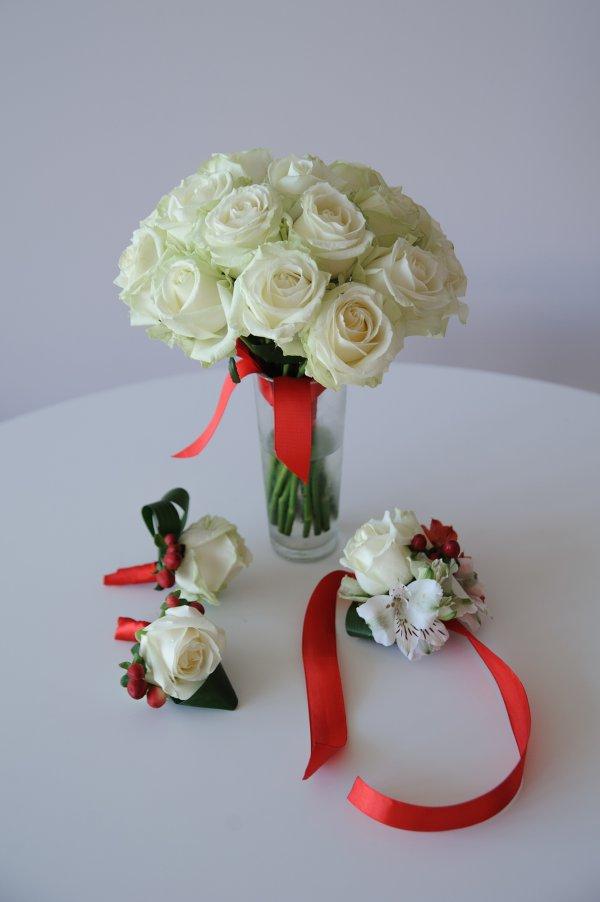 """Бело-красный букет невесты из роз. """"Pion Bouton"""" - Киев."""