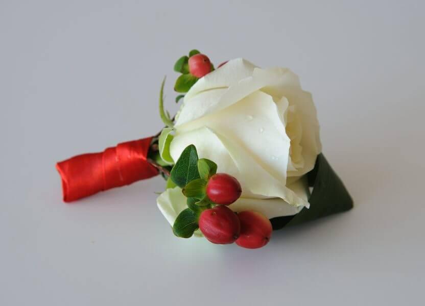 бутоньерка жениха бело-красная