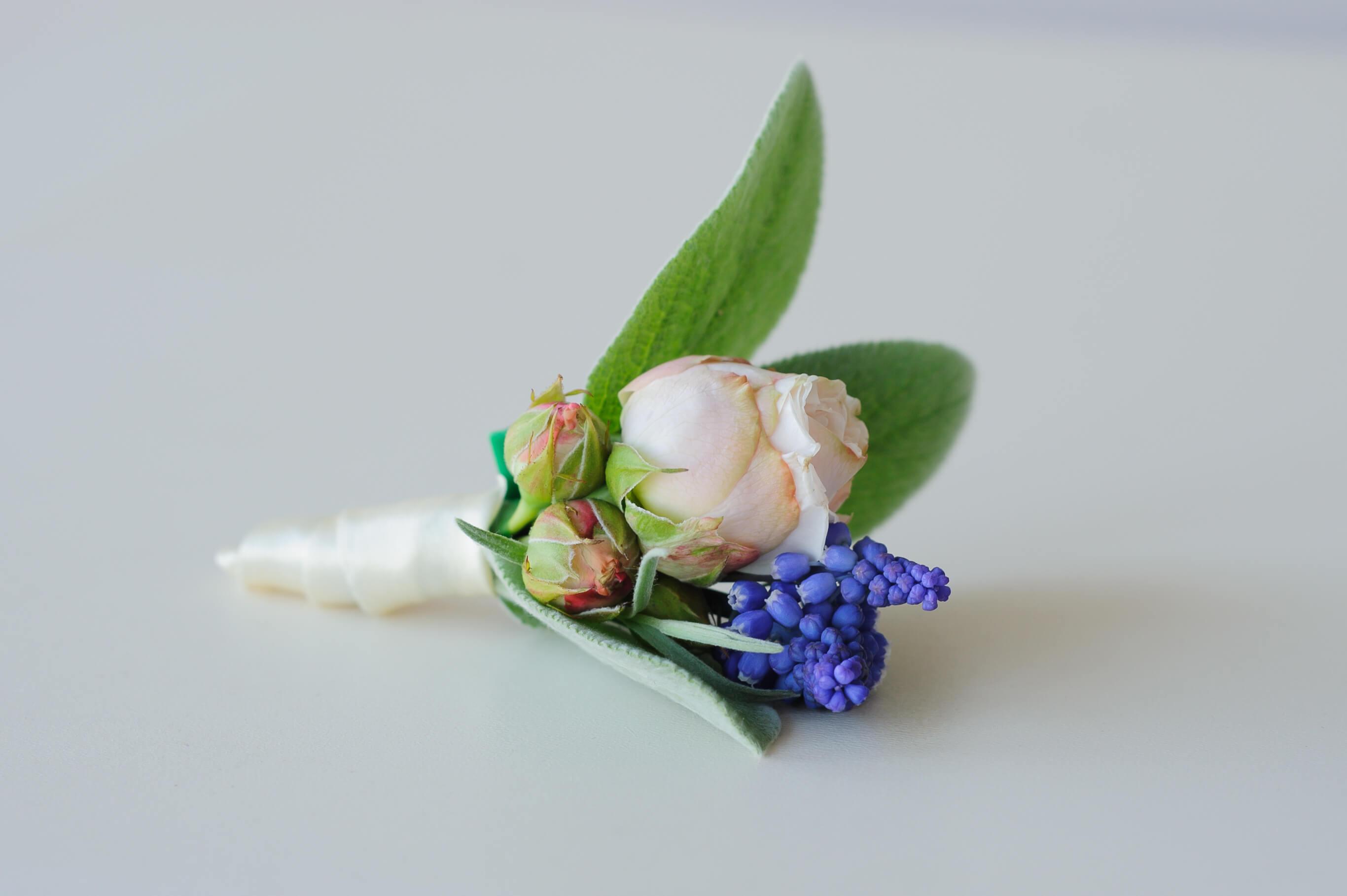 бутоньерка жениха из розы Lady Bombastik и мускари