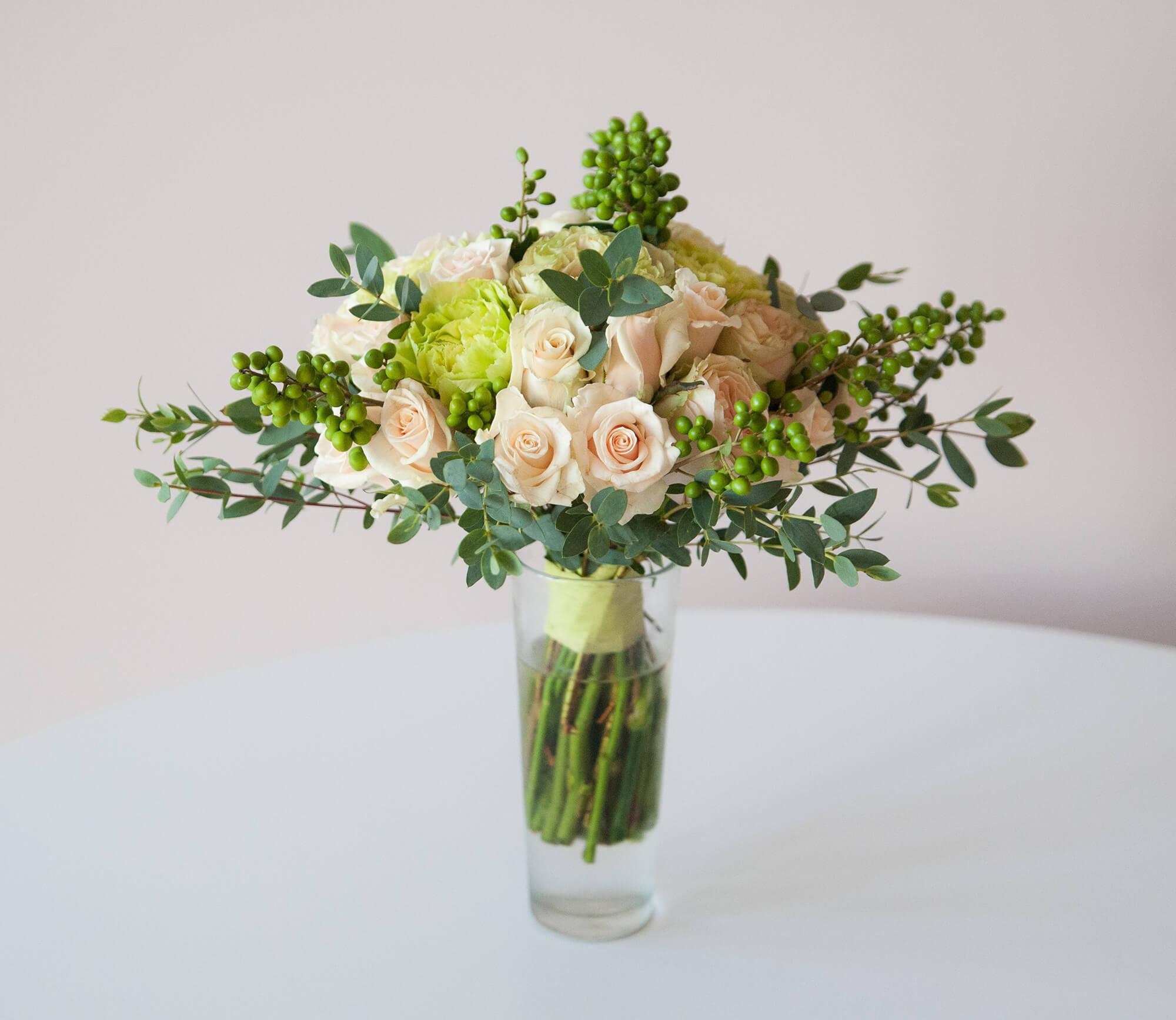 Свадебный букет салатово-розовый и роз, гвоздик, эвкалипта