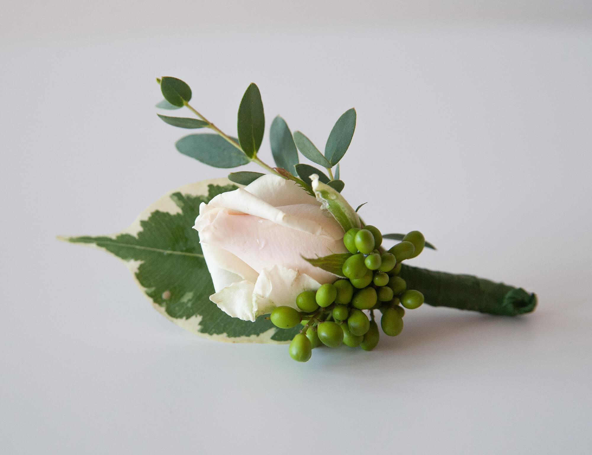 бутоньерка жениха с салатово-розовой розой