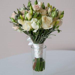 """Букет невесты нежно-розовый из кустовых розовых и белых роз, фрезии и серебристой брунии. """"Pion Bouton"""" - Киев."""