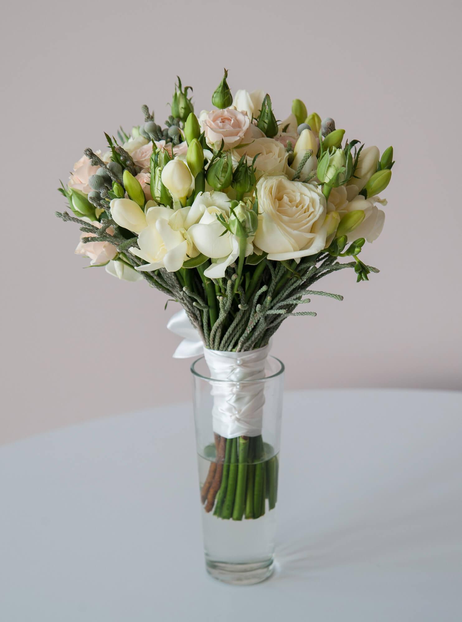 Букет невесты нежно-розовый из кустовых розовых и белых роз, фрезии и серебристой брунии