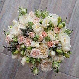"""Букет невесты нежно-розовый из кустовых розовых и белых роз, фрезии и серебристой брунии (вид сверху). """"Pion Bouton"""" - Киев."""