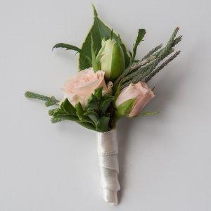 """Бутоньерка жениха из розовых и белых кустовых роз и брунии. """"Pion Bouton"""" - Киев."""