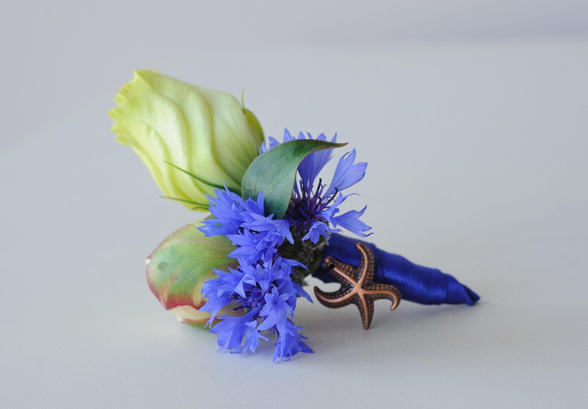 сине-белая бутоньерка жениха в морском стиле