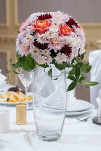 """Цветочная композиция из роз и хризантем на стол гостей. """"Pion Bouton"""" - Киев."""