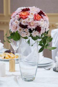 цветочная композиция из роз и хризантем на стол гостей