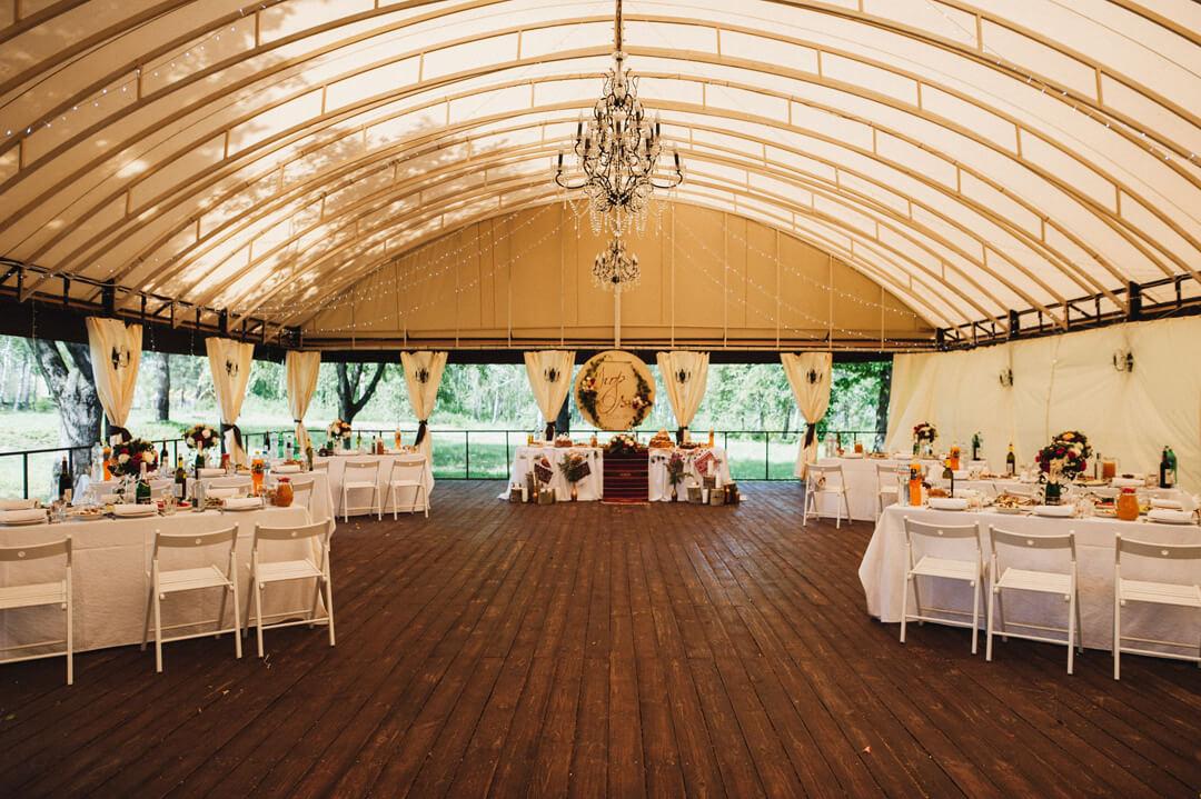 оформления летней террасы загородной свадьбы в стиле эко
