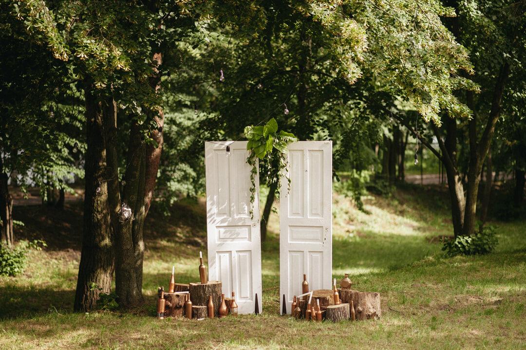 фотозона с винтажными дверьми